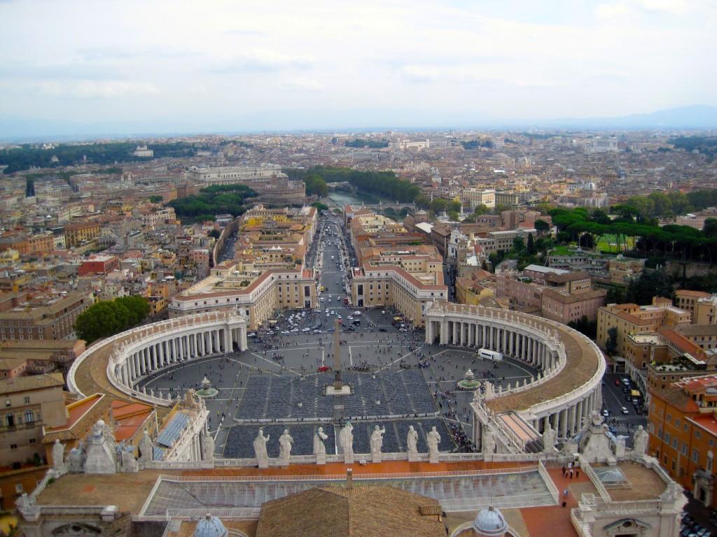 Pl. Św. Piotra i centrum Rzymu ze szczytu kopuły.